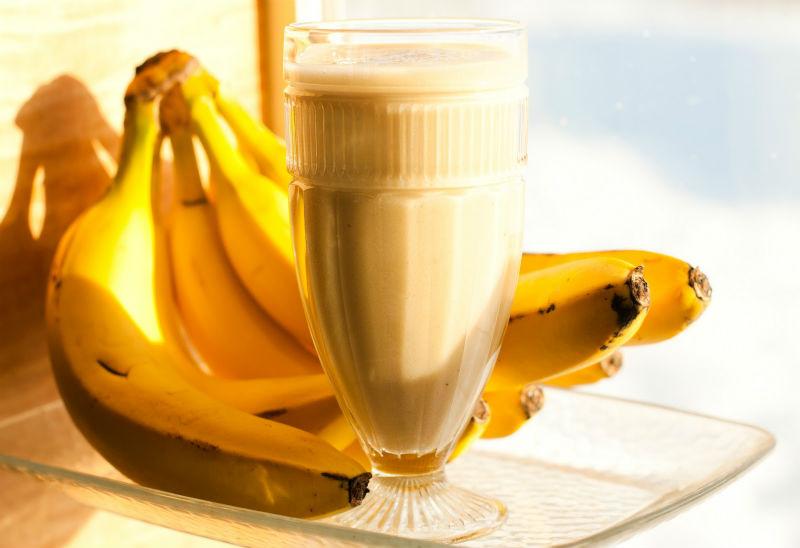 Proteininis kokteilis iš bananų, jogurto ir žemės riešutų sviesto