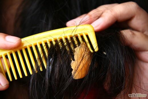 Kramtomosios gumos valymas nuo plaukų su vazelino pagalba