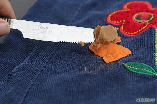 Kramtomosios gumos valymas nuo drabužių su riešutų sviestu