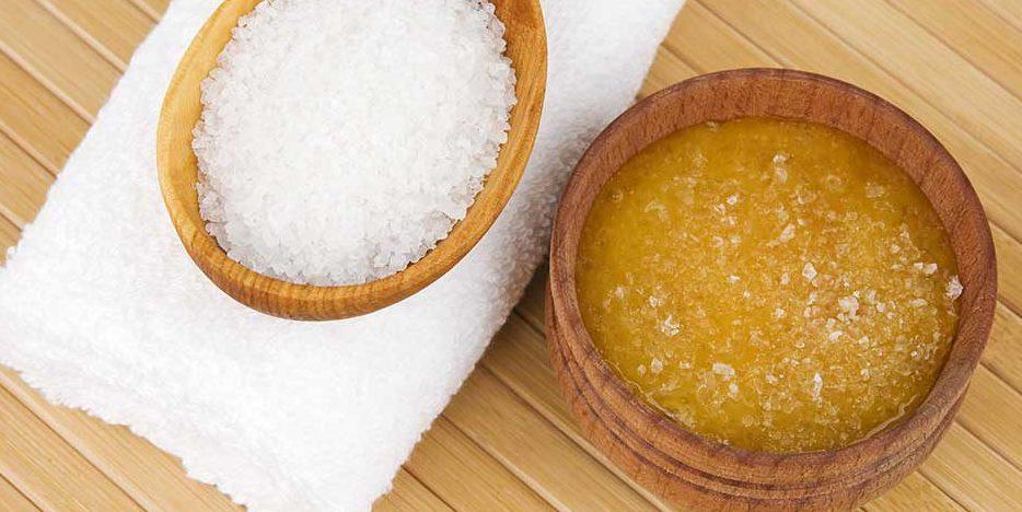 Jūros druskos ir medaus šveitiklis plaukų stiprinimui