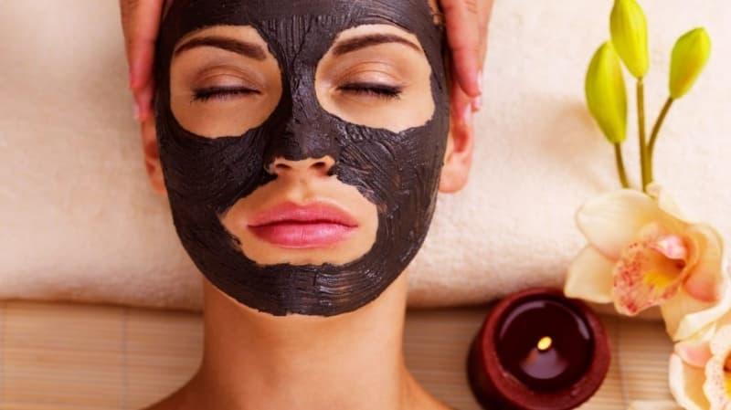 Naminė juoda veido kaukė su aktyvuota anglimi ir kiaušinio baltymu